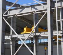 Кран-балка двух балочная опорная в производственном цехе